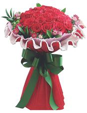 33枝红玫瑰,红色、粉色小花、绿叶间插