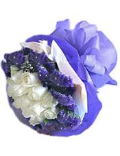 11枝白玫瑰,外围紫色勿忘我