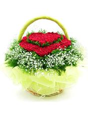 99支红色玫瑰,绿叶,满天星,绿叶。