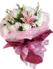 粉香水百合2枝,白玫瑰12枝,粉边或紫边桔梗适量搭配