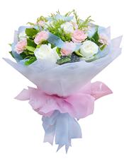 11枝白玫瑰,11枝粉色康乃馨,栀子叶、黄英丰满。
