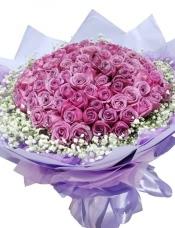精心挑选99枝紫玫瑰组成圆形,满天星搭配。