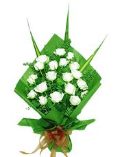 白玫瑰19枝,尤加利丰满,剑叶(葵叶)。