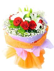 白色香水百合2枝,红玫瑰9枝,满天星丰满。