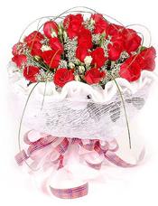 红玫瑰33支,蕾丝(或者满天星)、白色多头石竹适量