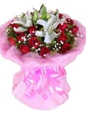 红玫瑰19枝,多头白香水百合2枝,满天星、黄莺丰满。