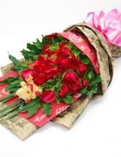 19枝红玫瑰,一只小熊公仔,黄莺、配叶点缀。