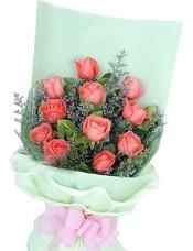 11枝粉玫瑰,桅子叶、情人草丰满搭配