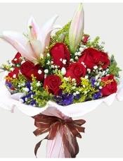 11枝红玫瑰,1枝多头粉香水百合,配满天星,黄莺和紫色勿忘我