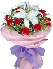 白香水百合2朵,红玫瑰11枝,满天星点缀