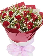 11枝红玫瑰,满天星丰满,黄莺适量
