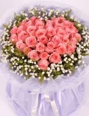 精心挑选33枝戴安娜粉玫瑰,搭配黄莺满天星外围。