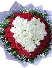 精心挑选33朵昆明白玫瑰居中组成心形,33朵红玫瑰外围,搭配绿叶满天星。