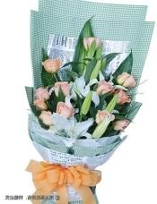 12枝香槟玫瑰,2枝香水百合,巴西木叶、绿叶适量搭配