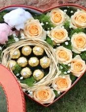 精心挑选9朵香槟玫瑰+9颗巧克力+2小熊款,满天星绿叶搭配,美丽迷人