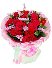 19枝红玫瑰,栀子叶、勿忘我搭配。