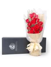 19支精品紅玫瑰,搭配適量情人草