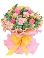 香槟或粉色康乃馨12支,桃红色玫瑰9支,香槟色龙胆、高山积雪、黄色小苍兰丰满搭配。