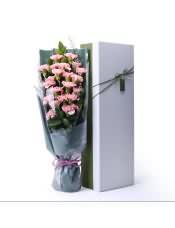 19支精品粉康乃馨,搭配適量綠葉、情人草