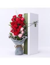 13支�t玫瑰,6支粉玫瑰,搭配�m量相思梅、情人草