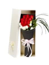 11支精品红玫瑰,搭配适量桔梗、书带草、黄莺