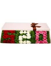 11支精品红玫瑰+11支精品白玫瑰+11支精品粉玫瑰,搭配适量天门冬