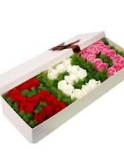 """34支玫瑰,""""520形状"""",11支红玫瑰+11白玫瑰+12粉玫瑰,搭配绿草。"""