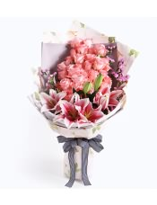 黛安娜粉玫瑰33枝,多�^粉色香水百合3枝,粉色勿忘我0.3扎