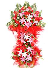 红掌,红色玫瑰,粉色香水百合,黄莺和鱼尾叶丰满,红色绵纸衬托,绿叶搭配