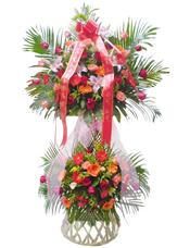 粉玫瑰、红玫瑰、粉色香水百合、各色太阳花、散尾葵、黄英、绿叶丰满,粉色丝带结
