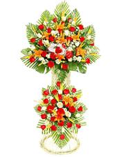红玫瑰、白玫瑰、金黄色百合、天堂鸟、小雏菊、散尾葵、绿叶丰满