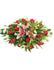 粉色香水百合,红玫瑰,粉色多头康乃馨,白色太阳花(属于稀缺花材,会用黄色或者相近花材代替)