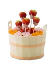 上层:黑樱桃口味坯 下层:果仁蛋糕 温馨提示:由于草莓是季节性水果,部分城市可能用提子等水果代替草莓装饰。