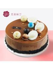 慕斯蛋糕,由牛奶巧克力淋面、巧克力稀奶油、戚风蛋糕覆盆子奶冻、巧克力慕斯、可可蛋糕等制作