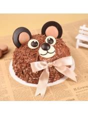 85度C儿童生日蛋糕,樱桃奶酪摹斯裹上巧克力创花,在萌萌的外表下,搭配黄桃丁内馅,让大人与孩子共享无忧无虑的真童年。净重:740克