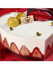 香醇的巧克力味戚风蛋糕,夹覆着如恋爱酸甜滋味的红樱桃内馅,爱情的浪漫,甜蜜滋味隽永舌尖.