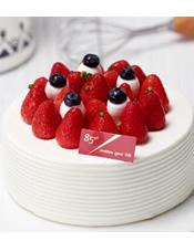 酸甜草莓散落在柔软的香草味戚风蛋糕中,仿佛置身于阳光下的草莓园,连呼气都充斥着甜美的滋味。