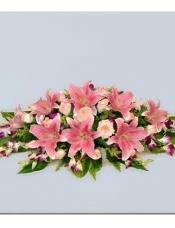 泰国兰12枝,粉百合10朵,粉玫瑰8枝,粉康乃馨8枝。配叶适量。