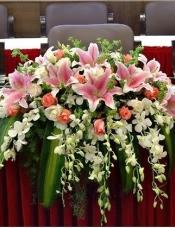 白色泰国兰10枝,粉百合10枝,粉、白玫瑰各15枝,配叶适量填充
