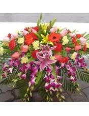 泰国兰8枝,剑兰2枝,粉、黄百合各两枝中轴,8枝粉玫瑰中轴,扶郎、康乃馨,配叶适量填充
