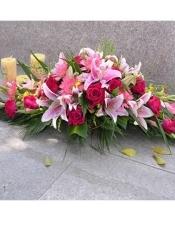 粉百合10朵,红玫瑰20枝,剑兰4枝,粉太阳花6枝,配草适量