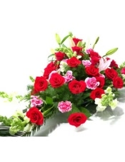 红玫瑰26枝,粉色花边康乃馨12枝,粉香水百合2枝,紫罗兰或剑兰、散尾叶和绿叶适量
