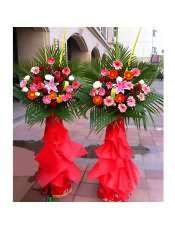 红色扶郎花、粉色扶郎花、橘色扶郎花、红玫瑰、粉玫瑰、白玫瑰、多头粉百合,搭配适量散尾葵、剑叶,类型 :单个花篮