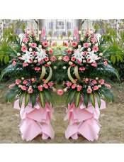 粉色扶郎花、香槟玫瑰、多头白百合、粉色金鱼草。搭配适量散尾葵、巴西叶、尤加利、剑叶,类型 :单个花篮