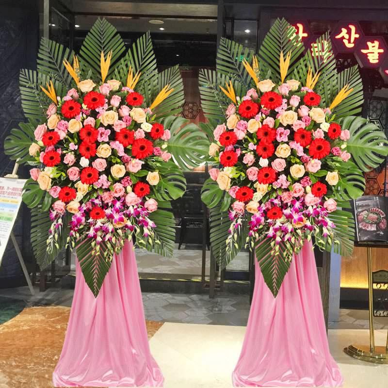 红色扶郎花、粉玫瑰、粉色洋桔梗、香槟玫瑰、洋兰、天堂鸟,搭配适量散尾葵、龟背叶、栀子叶,类型 :单个花篮