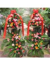 各色扶郎花、红玫瑰、粉玫瑰、粉色多头白百合,搭配适量散尾葵、白皙也、栀子叶,类型 :单个花篮