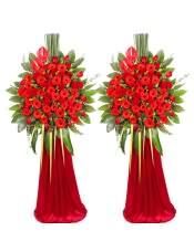 红色扶郎花、红玫瑰,搭配适量红豆、尤加利、栀子叶、巴西叶、剑叶,类型 :单个花篮