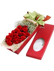 24枝靓丽红玫瑰,满天星根部扎束丰满