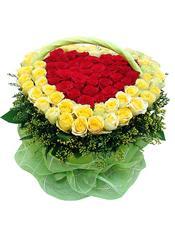 红色玫瑰40支、黄色玫瑰59支,共99枝,绿叶、黄英草围边