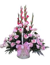20支粉色康乃馨,12支粉色玫瑰,4支剑兰,情人草、绿叶点缀